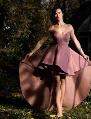 Rochie de ocazie scurta, cu trena, din brocard, culoare roz prafuit AGB015