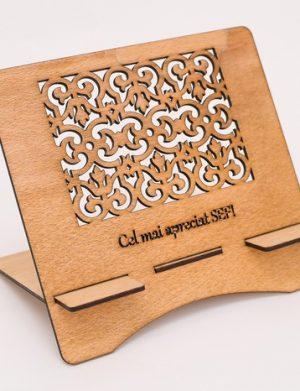 Suport tableta din lemn cu mesaj Cel mai apreciat SEF, personalizabil – OMIS01201