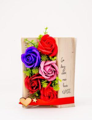 Carte cu aranjament floral, trandafiri de sapun, personalizata, cadou nasi, multicolor – OMIS001