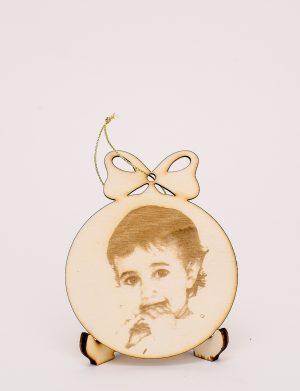 Glob deosebit de pus in bradul de craciun decorat prin fotogravura laser pe placaj de lemn natur, diam. 25 cm – OMIS01214