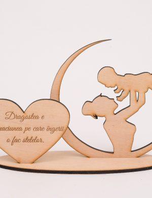 Decoratiune de lemn, cadou pentru mama cu mesajul Dragostea e inchinaciunea pe care ingerii o fac stelelor, dim. 220×155 mm – OMIS01227