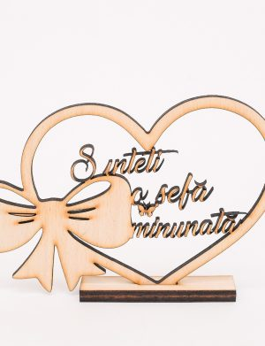 Decoratiune de lemn in forma de inimioara cu mesajul Sunteti o Sefa Minunata, dim. 200×135 mm – OMIS01228