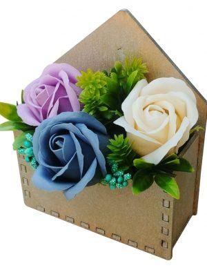 Aranjament floral in cutie plic auriu – OMIS01285