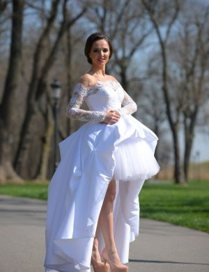 Rochie de mireasa scurta, cu trena, din tull, crinolon si taft, accesorizata cu broderie aplicata, perle si margele, culoare alba AGB001