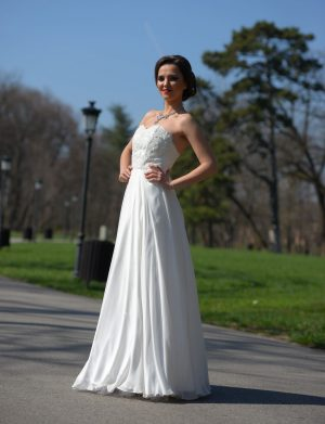 Rochie de mireasa lunga, din voal de matase naturala, tafta, accesorizata cu broderie, perle si margele, culoare alba AGB002