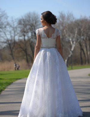 Rochie de mireasa tip Princess, din dantela tip Chantilly, culoare alba AGB004
