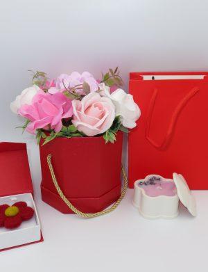 Aranjament cu 9 flori de sapun, lumanare din ceramica realizata manual, decorata cu flori de lavanda si brosa handmade din lana, realizata prin tehnica impaslirii, insotite de punguta cadou, ILIF123