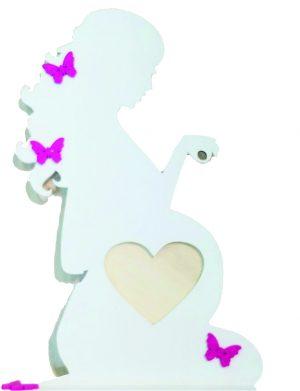 Cadou maternitate Rama Foto Mama din lemn cu fotografie in forma de inimioara decorata cu fluturasi