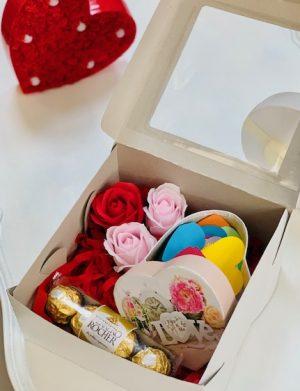 Cutie cadou cu 30 motive Te Iubesc tip inima, 3 trandafiri de sapun, 4 bomboane Ferrero Rocher, YODB003
