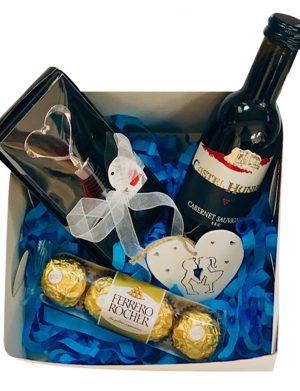 Cutie cadou, sticla vin 187 ml, dop in forma inima pentru sticla, in Cutie, 4 bomboane Ferrero Rocher, inima lemn, YODB004