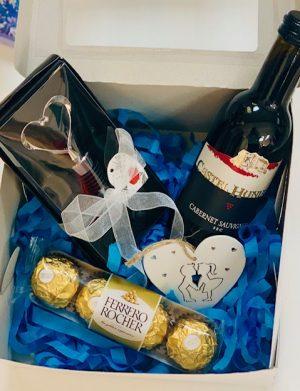 Cutie cadou, sticla vin 187 ml, dop in forma inima pentru sticla, in Cutie, 4 bomboane Ferrero Rocher, inima lemn, YOB004