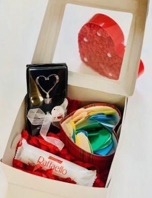 Cutie cadou cu 30 motive Te Iubesc tip inima, dop in forma inima pentru sticla, in Cutie, 4 bomboane Raffaello, YODB005