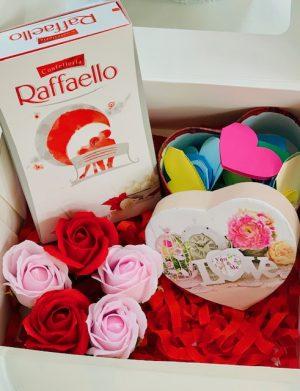 Cutie cadou cu 30 motive Te Iubesc tip inima, 5 trandafiri de sapun, 8 bomboane Raffaello, YODB007