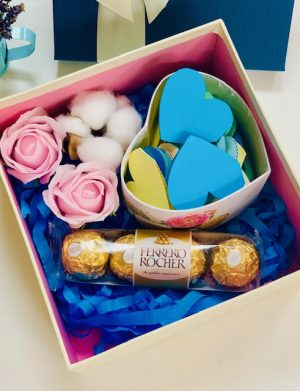 Cutie cadou cu 2 trandafiri de sapun si floare bumbac, cutie 30 motive Te Iubesc tip inima si 4 bomboane Ferrero Rocher, YODB009