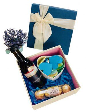 Cutie cadou cu sticla vin 187 ml, cutie cu 30 motive Te Iubesc tip inima si 4 bomboane Ferrero Rocher, YODB010