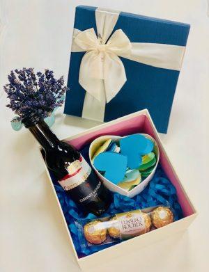 Cutie cadou cu sticla vin 187 ml, Cutie carton cu 30 motive Te Iubesc tip inima, 4 bomboane Ferrero Rocher, YOB010