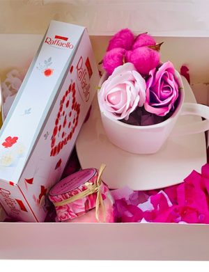 Cutie cadou cu farfurie si ceasca cu 2 trandafiri de sapun + 1 floare bumbac, lumanare in borcan si cutie 8 bomboane Raffaello, YODB011