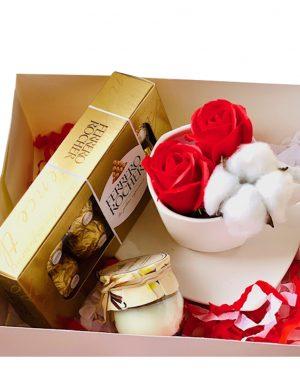 Cutie cadou cu farfurie si ceasca cu 2 trandafiri de sapun + 1 floare bumbac, lumanare in borcan si cutie 8 bomboane Ferrero Rocher, YODB012