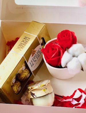 Cutie cadou cu farfurie si ceasca cu 2 trandafiri de sapun + 1 floare bumbac, lumanare in borcana Cutie 8 bomboane Ferrero Rocher, YOB012