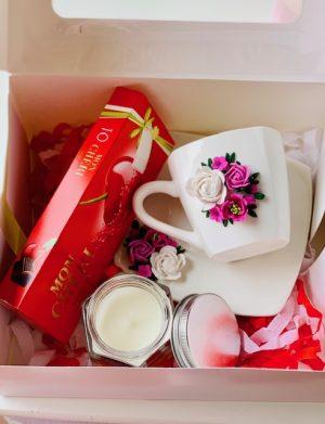 Cutie cadou cu farfurie si ceasca cu flori fimo, lumanare in borcan si cutie 10 bomboane Mon Cheri, YODB013