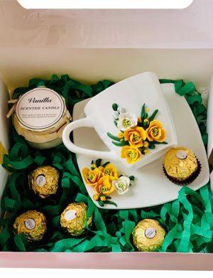Cutie cadou cu farfurie si ceasca cu flori fimo, lumanare in borcan si 5 bomboane Ferrero Rocher, YODB014