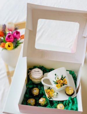 Cutie cadou cu farfurie si ceasca cu flori fimo, lumanare in borcana 5 bomboane Ferrero Rocher, YOB014