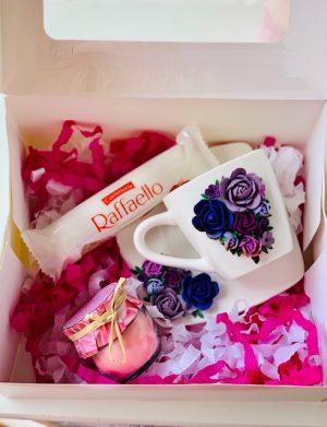 Cutie cadou cu farfurie si ceasca cu flori fimo, lumanare in borcan si 4 bomboane Raffaello, YODB015