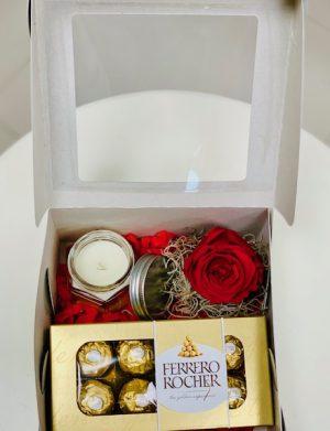Cutie cadou cu trandafir criogenat, Cutie 8 bomboane Ferrero Rocher, lumanare in borcan, YOB016