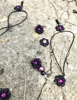 Set colier + cercei floricele negru cu mov