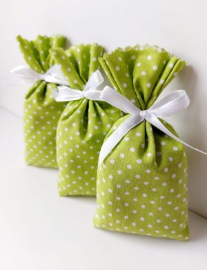 Mărturie săculeț de lavanda verde cu bulinute și fundiță alba, AMB26032
