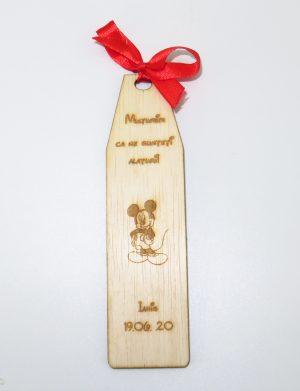 Marturie semn de carte cu Mickey Mouse, din lemn, personalizata, maro cu funda rosie, OMIS186
