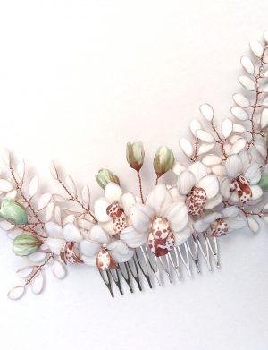 Ramurele infrunzite cu flori de orhidee
