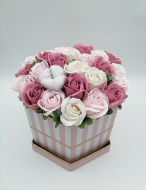Aranjament Dusty Pink, trandafiri de sapun, roz si alb, floare de bumbac in cutie alba cu dungi, DSPH1028