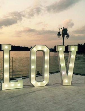 Litere volumetrice cu lumini Love 23h Events 2