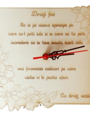 Ceas gravat cu mesaj si flori, cadou pentru fini din partea nasilor, 20×20 cm, OMIS173