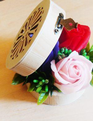 Aranjament 3 flori de sapun in cutie cu capac filigran – OMIS01316