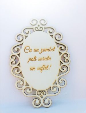 Decoratiune de lemn cu mesajul Cu un zambet poti saruta un suflet!, inaltime 20 cm – OMIS01231