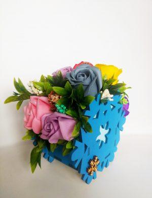 Aranjament floral cu trandafiri de sapun cu 3 conuri de brad pentru Craciun – OMIS01206
