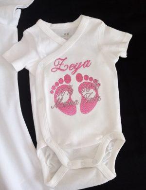 Set Baby Shower format din tricou, body, 2 prosoape dimensiune 70×140 cm, personalizate