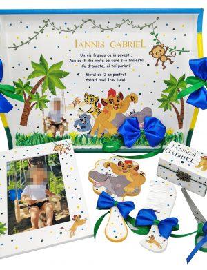 Set mot Regele Leu, 7 piese, personalizat, din lemn, cu fundite albastre si galbene, ornamente multicolore DSPH005