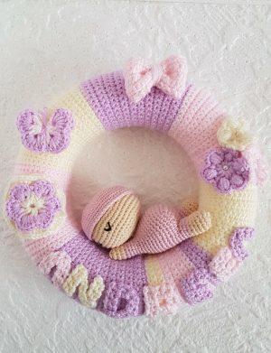 Coronita Crosetata pentru camera bebelusui