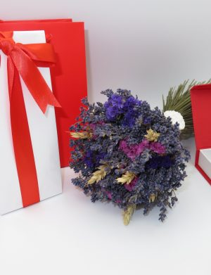 Set cadou buchet de lavanda, brosa din lana realizata prin tehnica impaslirii, ciocolata cu fundita rosie si punga de cadou rosie, ILIF121