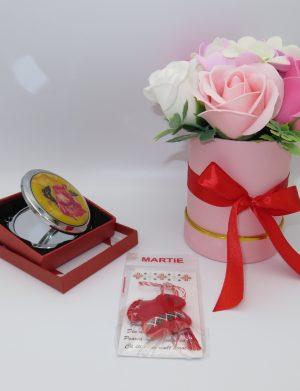 Set cadou aranjament trandafiri de sapun, oglinda si martisor forma ie romaneasca din fetru lucrata manual in Romania, umpluta cu lavanda, ILIF122