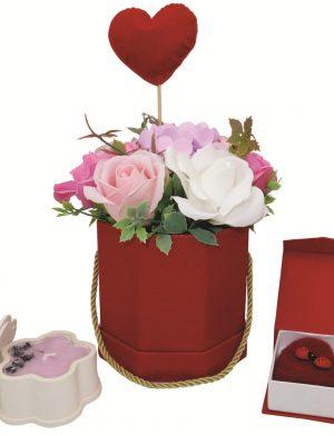 Set cadou pentru ea, 3 piese, ghiveci cu flori de sapun, lumanare cu petale de lavanda si brosa realizata manual in Romania, ILIF1026
