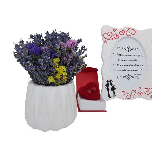 Set cadou pentru ea cu indragostiti 3 piese ghiveci cu flori de lavanda rama foto indragostiti si brosa realizate manual in Romania ILIF10104 1