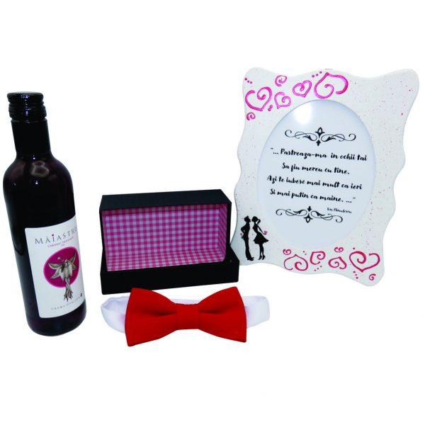 Set cadou pentru el 4 piese papion rosu in cutiuta rama foto indragostiti si o sticla de vina Maiastru 250 ml ILIF10106 2