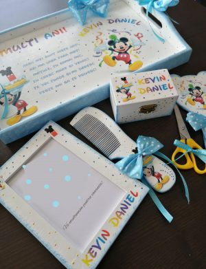 Set mot Mickey Mouse, 7 piese, personalizat, din lemn, cu fundite albastre si ornamente multicolore DSPH015