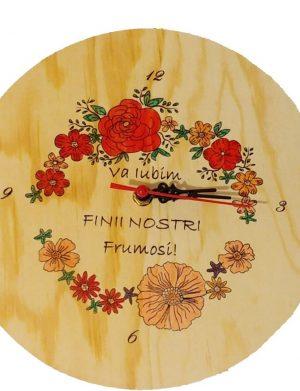 Ceas Va iubim finii nostri, din lemn, pictat cu trandafiri, cadou fini, culoare galben-pal OMIS004