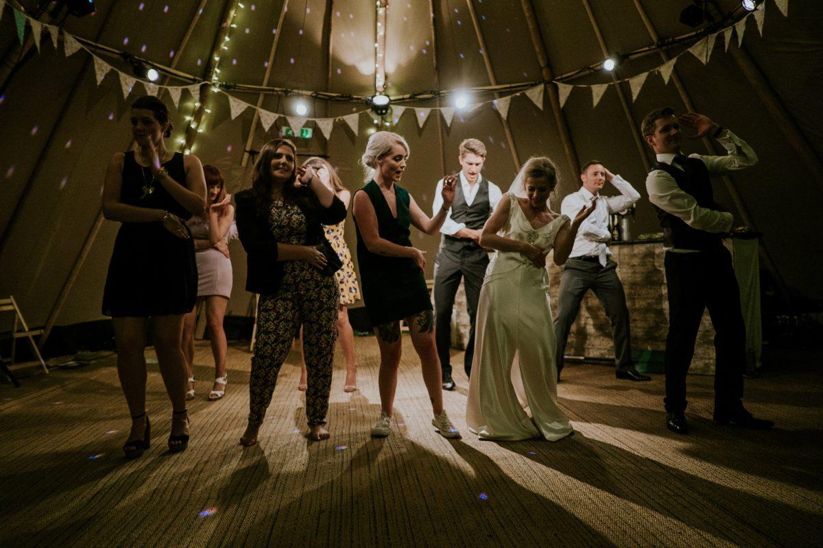 mireasa si invitatii dansand