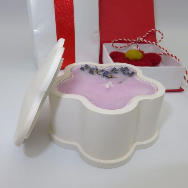 set cadou martie cutie bomboane brosa si lumanare cu petale de lavanda 3